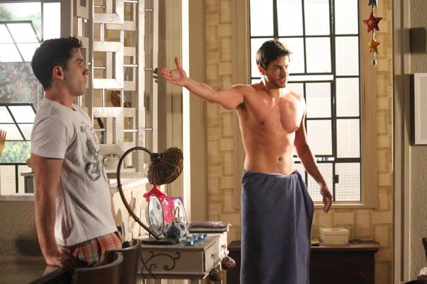 Douglas (Ricardo Tozzi) sai do banho para brigar com Natalie (Deborah Secco)