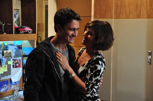 Wanda (Natália do Vale) vive protegendo as maldades do filho Léo (Gabriel Braga Nunes)