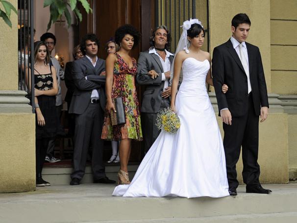 Poucos convidados presenciaram a união de Gabi (Caroline Oliveira) e Pedro (Marco Pigossi)
