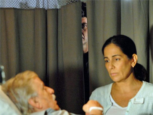Em Insensato Coração, Léo (Gabriel Braga Nunes) ouve conversa entre Norma (Glória Pires) e Silveira (Hugo Carvana) e começa a planejar o golpe que vai aplicar na técnica de enfermagem (Foto: Rede Globo)