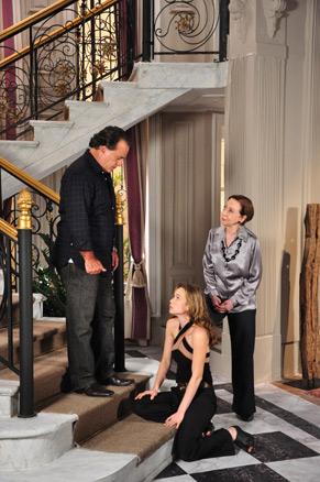 Clara (Mariana Ximenes) cai na escada ao ver que Totó (Tony Ramos) está vivo