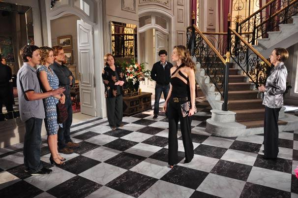Clara (Mariana Ximenes) é encurralada na mansão dos Gouveia
