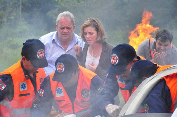 Marina (Paola Oliveira) fica desesperada ao ver o acidente