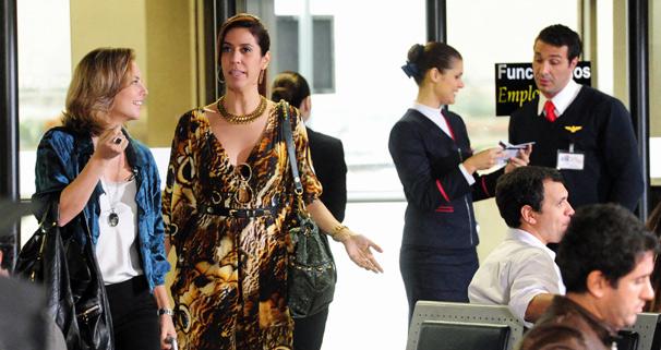 Marina (Paola Oliveira) e Bibi (Maria Clara Gueiros) chegam a Florianópolis e corre perigo de vida em Insensato Coração
