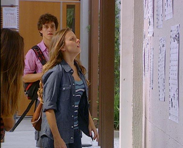 Catarina vê cartazes colados na parede