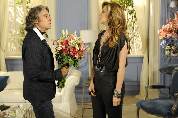 Em cena, Jacques Leclair leva um buquê para Jaqueline