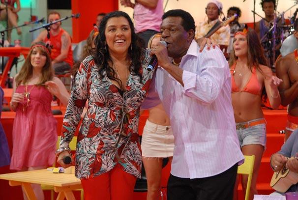 Fã de Almir Guineto, Regina Casé pede para ele cantar diversas músicas
