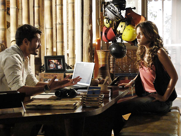 Fred conta para Manuela sobre o relacionamento de Amélia e Vitor