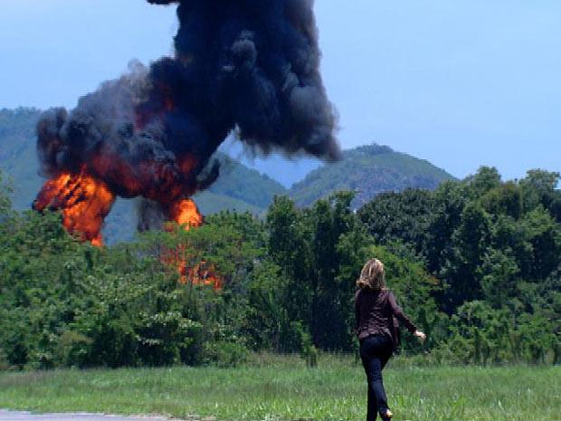 Marina vê o avião de Pedro decolar e entra em pânico quando a aeronave explode