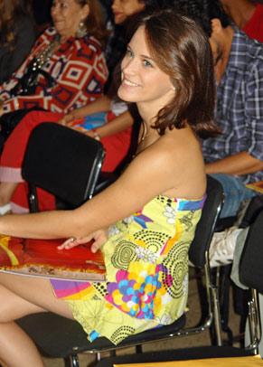 Bianca Bin escuta o diretor Ricardo Waddington, que apresentou o elenco