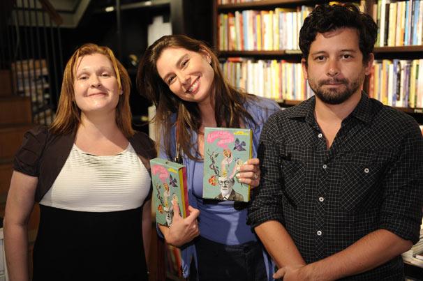 Lavínia Vlasak junto aos roteiristas João Paulo Cuenca e Cecília Giannetti