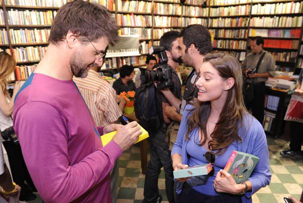 Luiz Fernando Carvalho autografa o livro de Lavínia Vlasak