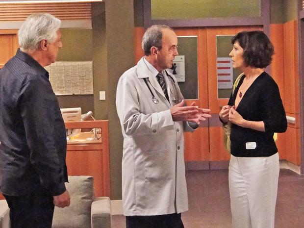 Dr. Moreira avisa à família de Pedro que ele não consegue movimentar as pernas