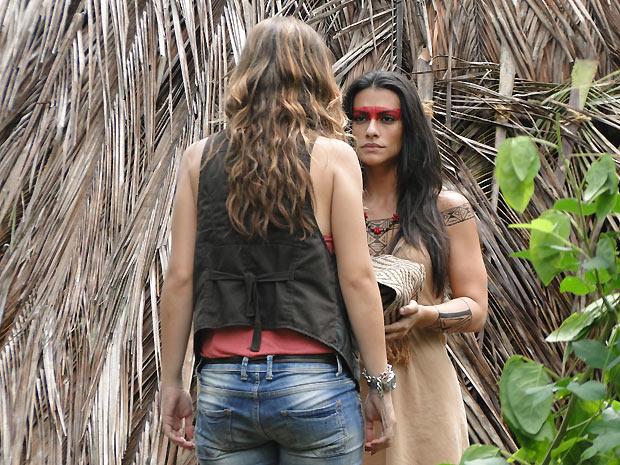 Manuela invade a oca do cacique e fica chocada ao encontrar Estela
