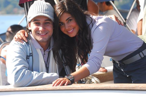 Os monitores Léo (Rafael Almeida) e Nanda (Mia Rose)