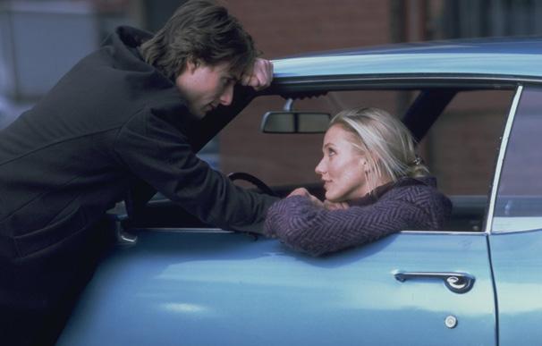 Enciumada, Julie convence Davis a entrar em seu carro (Foto: Divulgação)