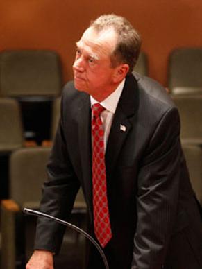 Presidente Logan (Gregory Itzin) fica tenso (Foto: Divulgação )