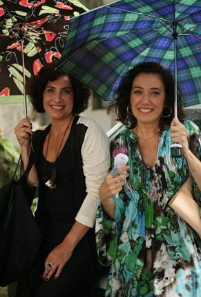 Totia Meireles e Lilia Cabral posam nos bastidores de O Divã (Foto: TV Globo/ Marcio Nunes)
