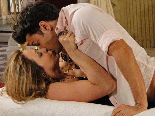Jaqueline resolve consumar seu casamento com Thales (Foto: TV Globo/Ti-ti-ti)