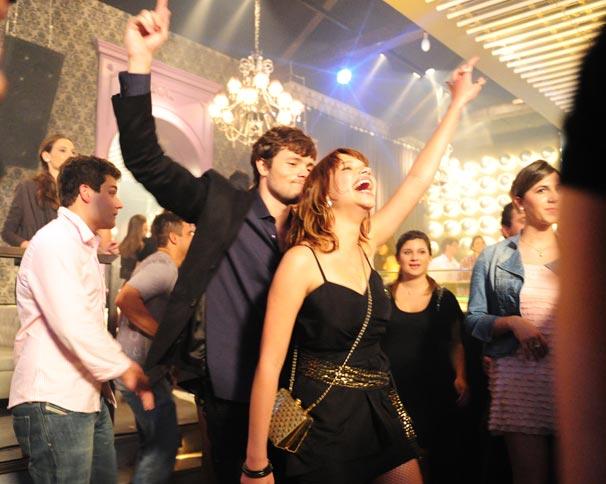 Leila (Bruna Linzmeyer) conhece Afonso (Daniel Dalcin) em uma festa (Foto: TV Globo / João Miguel Júnior)