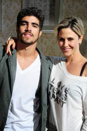 Caio Castro e Guilhermina Guinle posam nos bastidores das gravações de Ti-ti-ti (Foto: TV Globo/ Marcio Nunes)