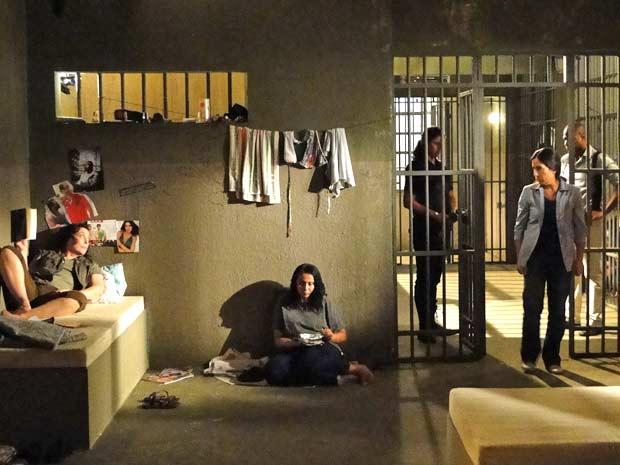 Norma é levada para a cela e conhece Florinda (Foto: TV Globo/Insensato Coração)
