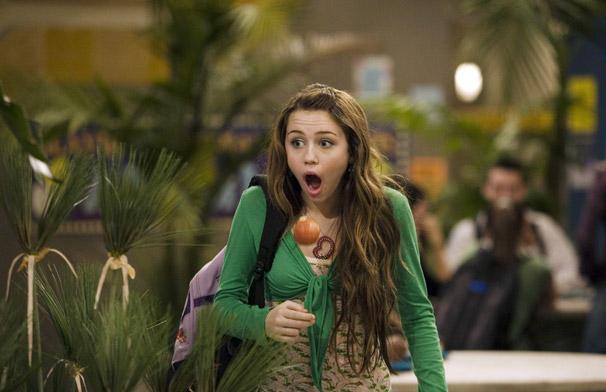 Miley (Miley Cyrus) vê o namorado de Lilly (Emily Osment) beijar outra garota (Foto: Divulgação)