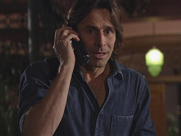Solano recebe outro telefonema de um homem dizendo que tem informações sobre seu avô (Foto: TV Globo/Araguaia)