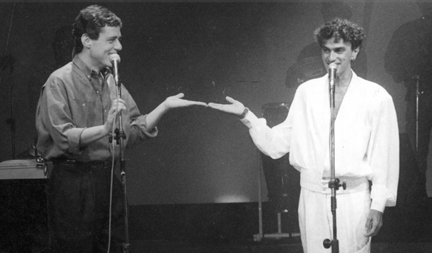 Chico Buarque e Caetano Veloso recebiam artistas nacionais e internacionais no programa Chico & Caetano em 1986 (Foto: CEDOC/ TV Globo)