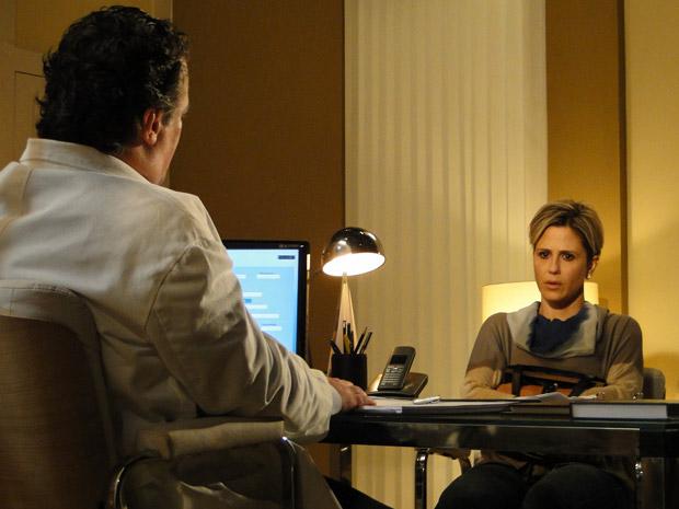 Edgar convence Luísa a entrar na clínica (Foto: TV Globo/Ti-ti-ti)