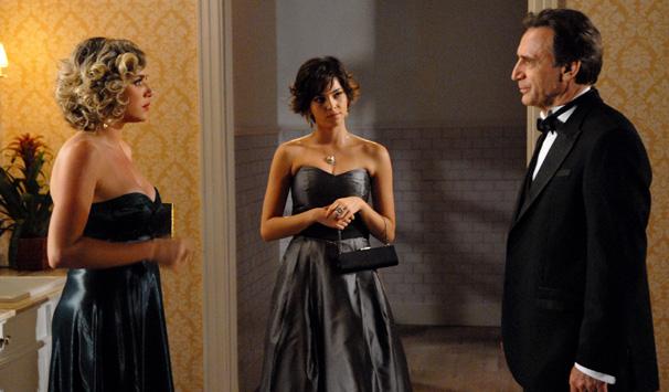 Cortez (Herson Capri) é acobertado pela filha Paula (Tainá Muller) em troca de presentes caros (Foto: Marcio Nunes/ TV Globo)
