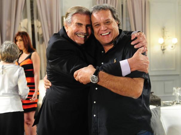 Tarcísio Meira ao lado do diretor Dennis Carvalho (Foto: TV Globo / João Miguel Júnior)