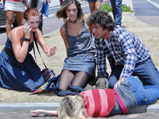 Com ciúmes, Pedro (Marco Pigossi) tenta atropelar Luti (Humberto Carrão), mas acerta Camila (Maria Helena Chira) e acaba se machucando (Foto: Divulgação/ Site de Ti-ti-ti)