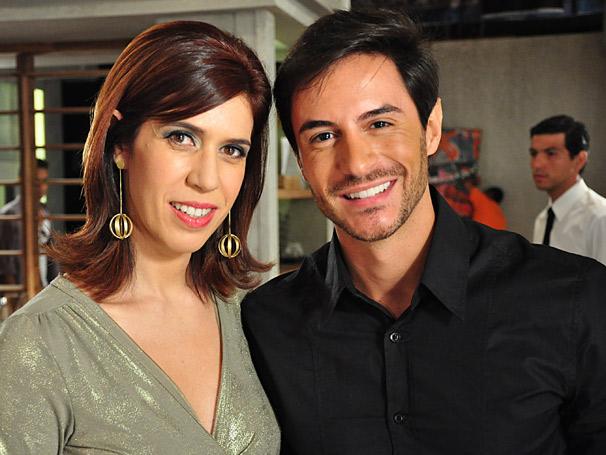 Douglas (Ricardo Tozzi) joga charme para Bibi (Maria Clara Gueiros) comprar apartamento (Foto: TV Globo / Estevam Avellar)