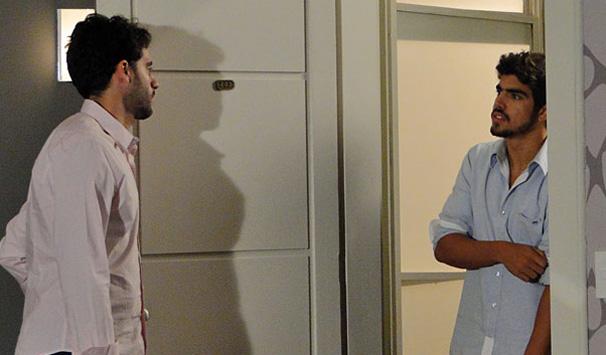 Edgar (Caio Castro) vai visitar Marcela (Ísis Valverde) e dá de cara com Renato (Guilherme Winter) (Foto: Divulgação/ Site de Ti-ti-ti)