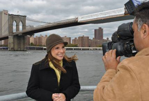 Globo Universidade - Lizandra Trindade grava com a ponte do Brooklyn ao fundo (Foto: Divulgação TV Globo)