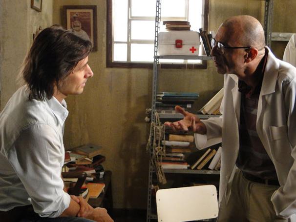 Médico diz a Solano (Murilo Rosa) que a vida dele está por um fio (Foto: Divulgação/ Site de Araguaia)