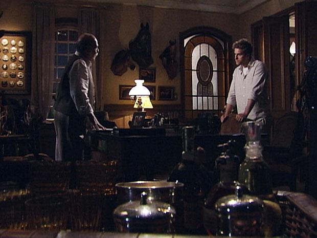 Vitor (Thiago Fragoso) desafia Max (Lima Duarte) e diz que vai levar a amada com ele (Foto: TV Globo/ Araguaia)