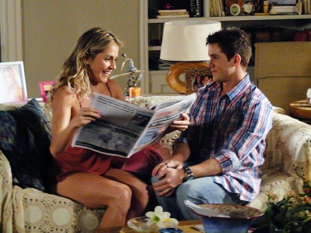 Natalie (Deborah Secco)  volta às manchetes em grande estilo (Foto: TV Globo/ Insensato coração)