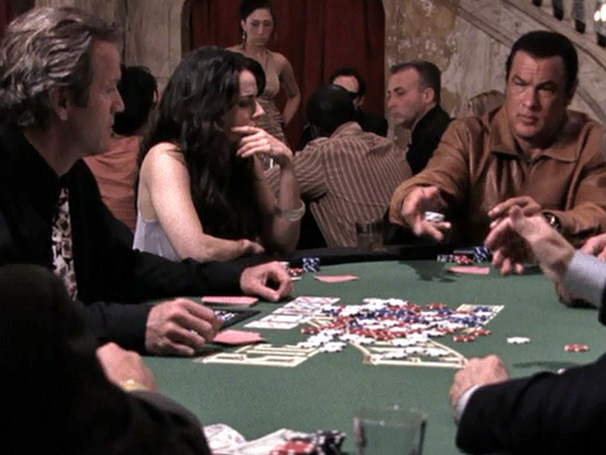 O ex-policial Matt (Steven Seagal) deve um milhão de dólares (Foto: Divulgação)