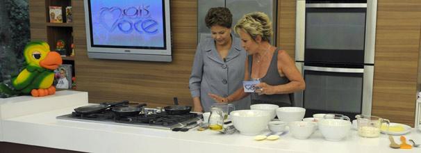 Dilma Rousseff e Ana Maria Braga preparam omelete de queijo no Mais Você (Foto: Divulgação/ TV Globo)