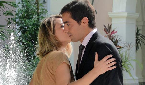 Mariana e henrique passam a manhã juntos e ele ganha beijo no rosto (Foto: Divulgação/ Site de Insensato Coração)
