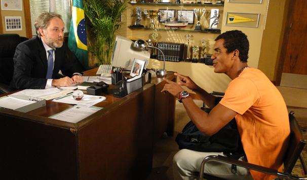 Maicon conta para Milton que Babi está grávida (Foto: Divulgação/ Site de Malhação)