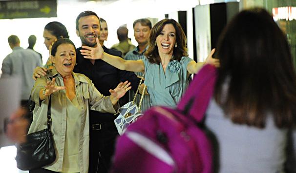 Cecília (Giovanna Lancellotti) desembarca no Rio de Janeiro, onde passa a morar com seus pais (Foto: João Miguel Jr./ TV Globo)