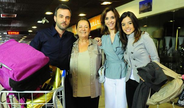 Eunice (Deborah Evelyn) e Júlio (Marcelo Valle) ficam surpresos com a ausência de Leila (Bruna Linzmeyer) (Foto: João Miguel Jr./ TV Globo)