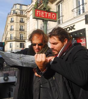 Guilherme Fontes e Thiago Lacerda recorrem a um mapa para se localizarem (Foto: Zé Paulo Cardeal/ TV Globo)
