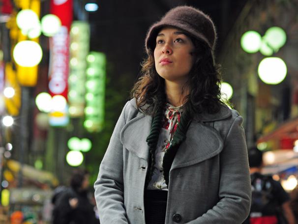 Keiko (Luana Tanaka) vai para o Brasil com esperança de rever a filha (Foto: TV Globo)