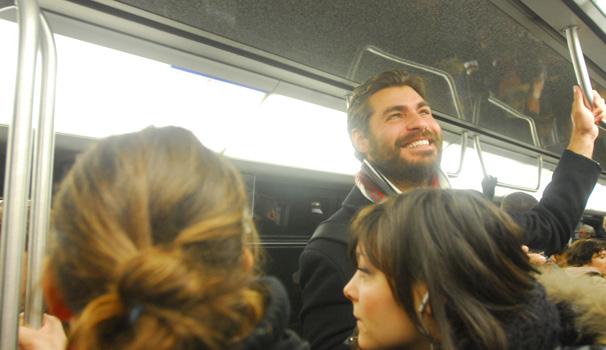 Thiago Lacerda se aventurou no metrô parisiense (Foto: Zé Paulo Cardeal/ TV Globo)