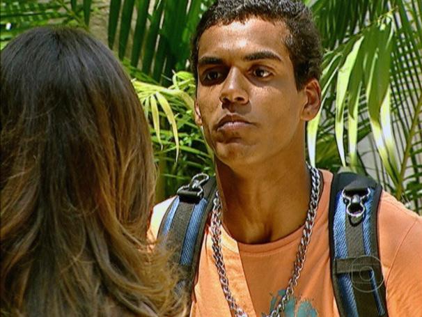 Maicon fala para Babi que pedirá um exame de DNA (Foto: Tv Globo/ Divulgação)
