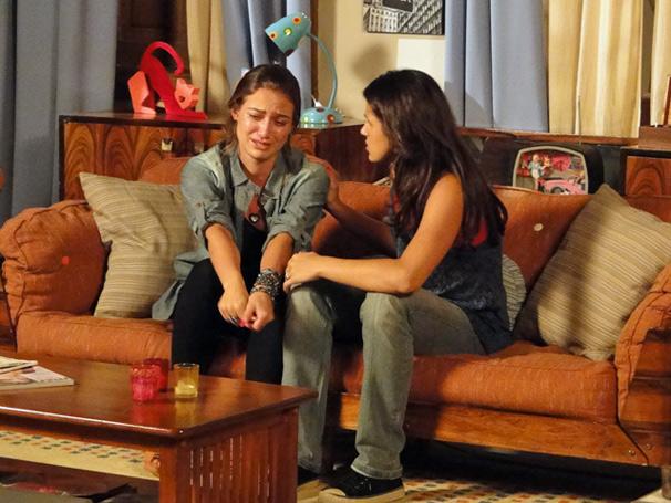 Triste com a aproximação de Anita e Maicon, Babi é consolada por Lorelai (Foto: Tv Globo/ Divulgação)